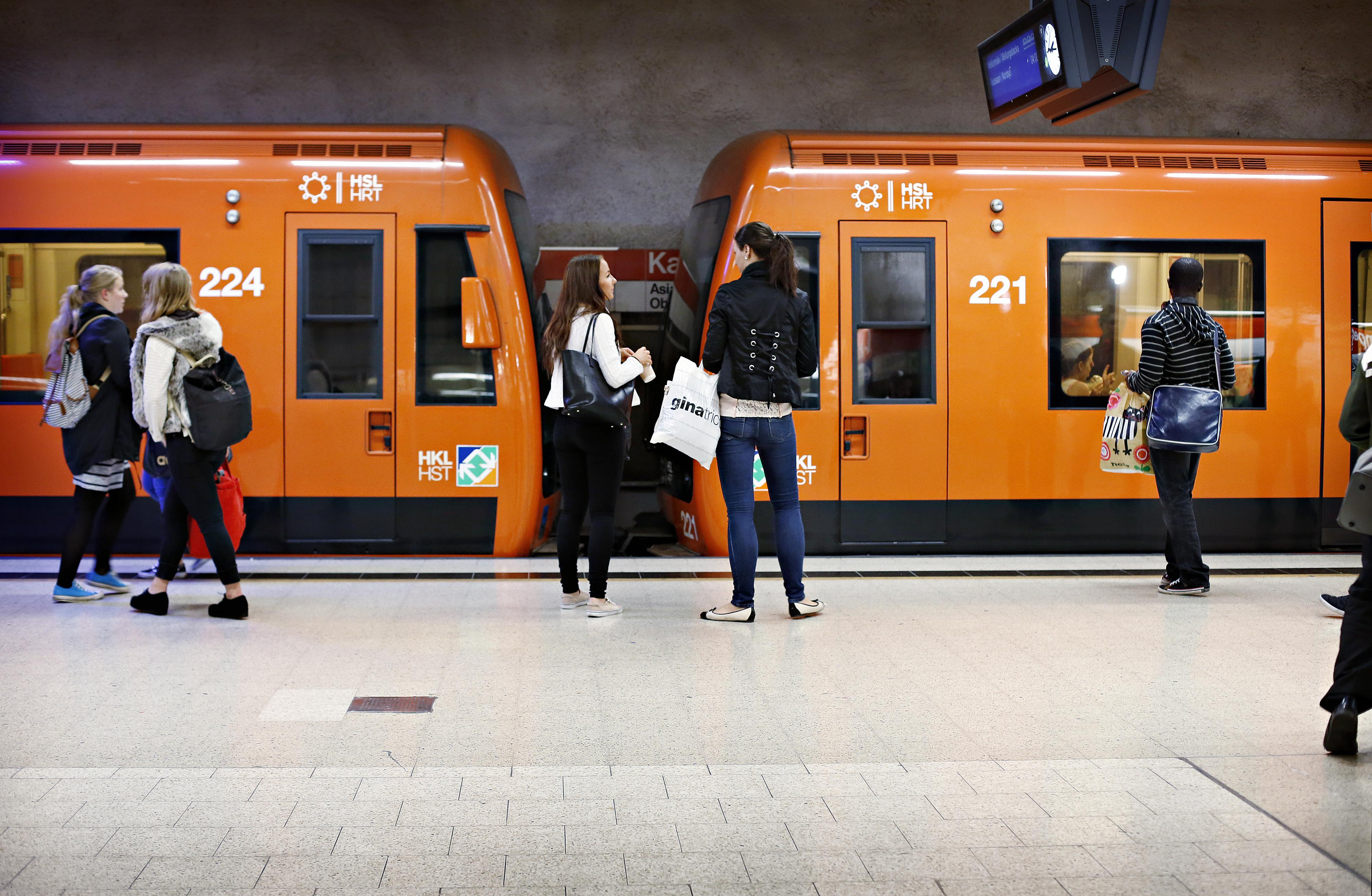 helsingin metrossa ihmiset odottavat junaa laiturilla