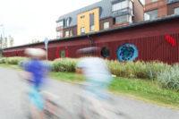 Kuvanveistäjä Marjukka Korhosen ja WSP Finland Oy:n Kuusen silmu -teos osana autokatoksien seinärakennetta Tampereella. Kuva: Aino Huovio