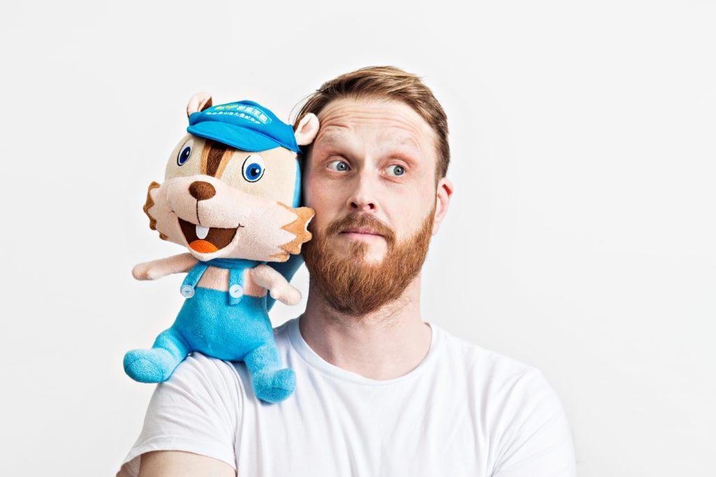 Ornamo 201601102 Muotoilija Jonas Hakaniemi ja kiinalainen Sampo-niminen maskotti.