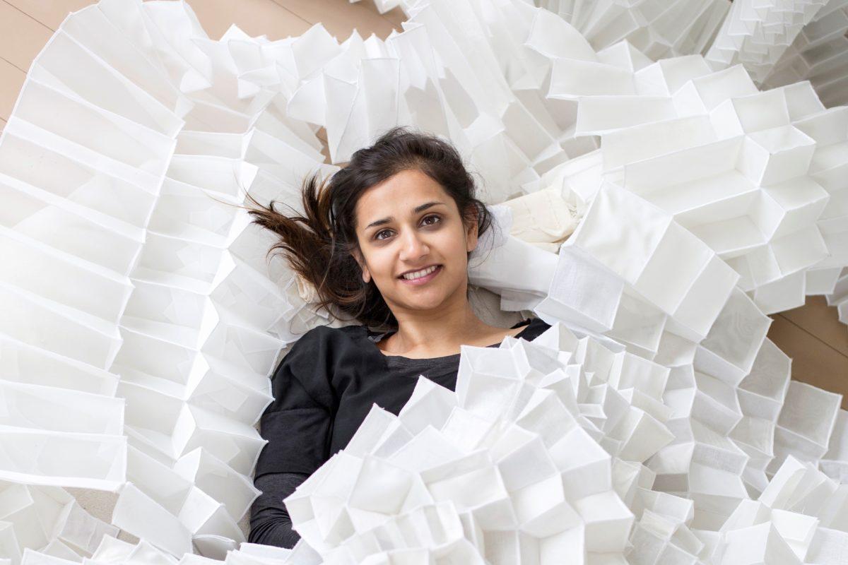 Tekstiilitaiteilija Deepa Panchamia työhuoneellaan Fiskarissa. kuva: Anni Koponen