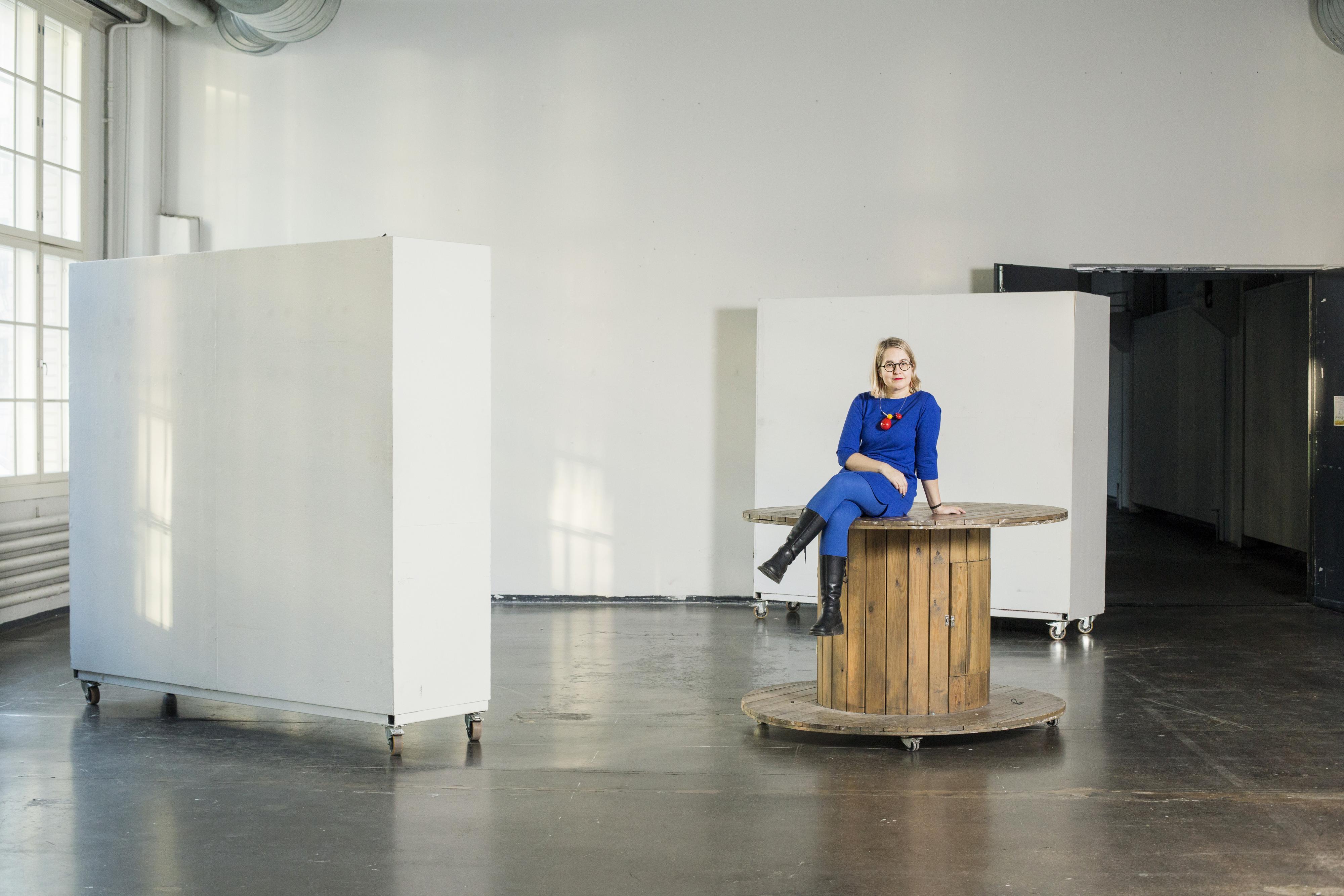 Clarice Finell toimii Ornamon Teosmyynnin galleristina jo neljättä kertaa. Kuva: Anni Koponen.