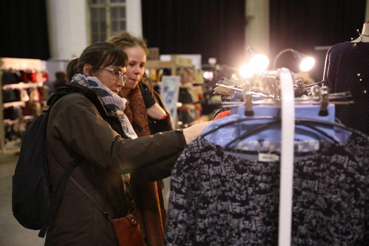 Ihmisiä tutkimassa tuotteita Ornamon Design Joulu tapahtuamassa