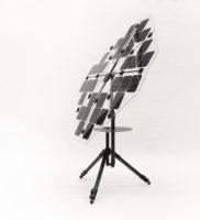 Ville Kokkosen suunnittelema aurinkoenergiaa keräävä matkakäyttöinen varjo toimii esimerkiksi valokuvaajan työvälineenä. Kuva: Exel Composites.