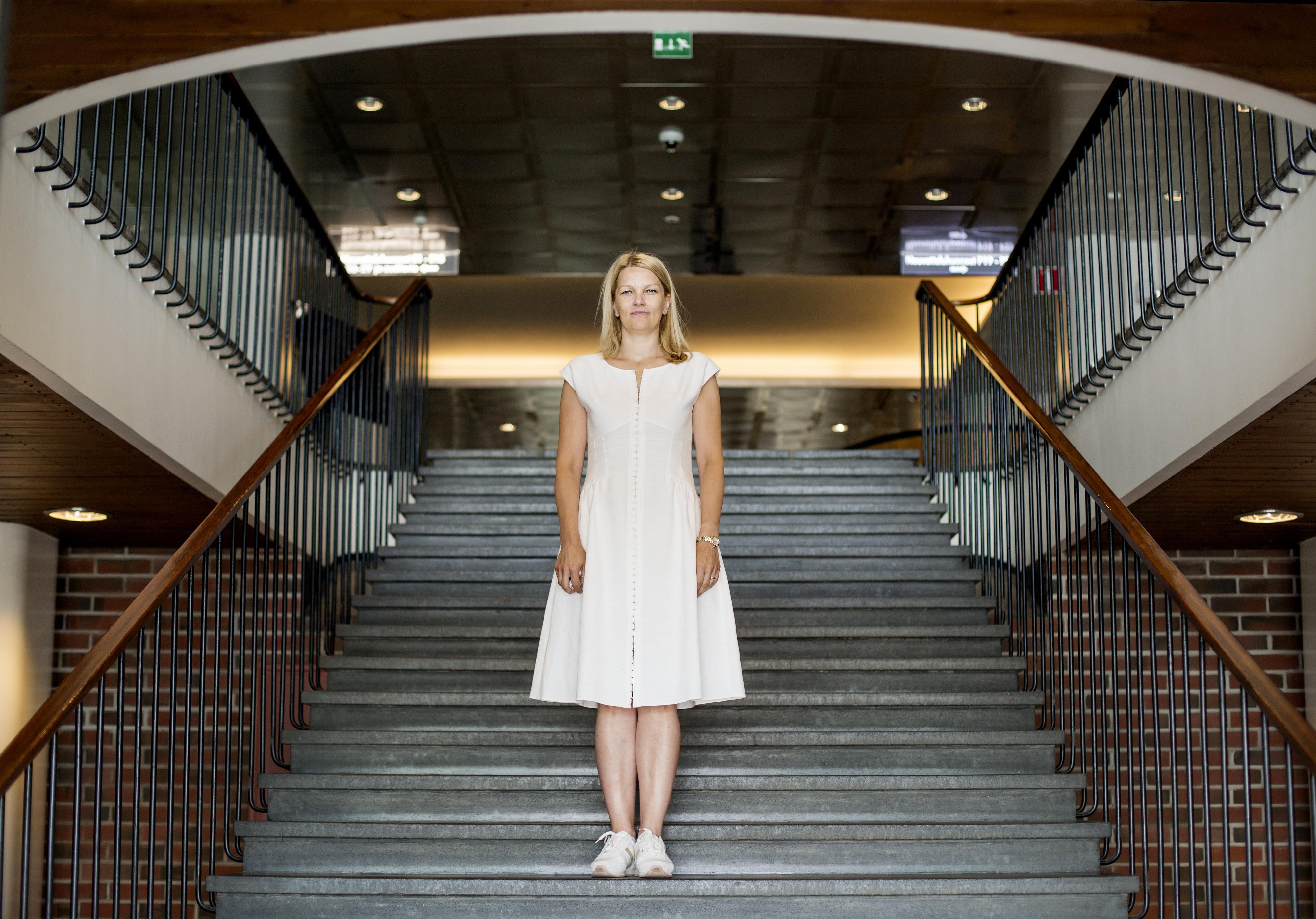 Kaupan liiton toimitusjohtaja Mari Kiviniemi valitsee Ornamo-palkinnon voittajan. Kuva: Anni Koponen.