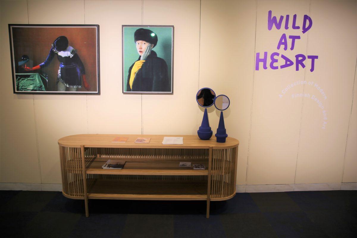 Wild at Heart -näyttelyn Raw Beauty -teemakokonaisuudessa oli mukana muun muassa puuseppämestari Antrei Hartikaisen massiivitamminen senkki sekä valokuvaaja Sofia Okkosen teoksia. Kuva: Miisa Pulkkinen.
