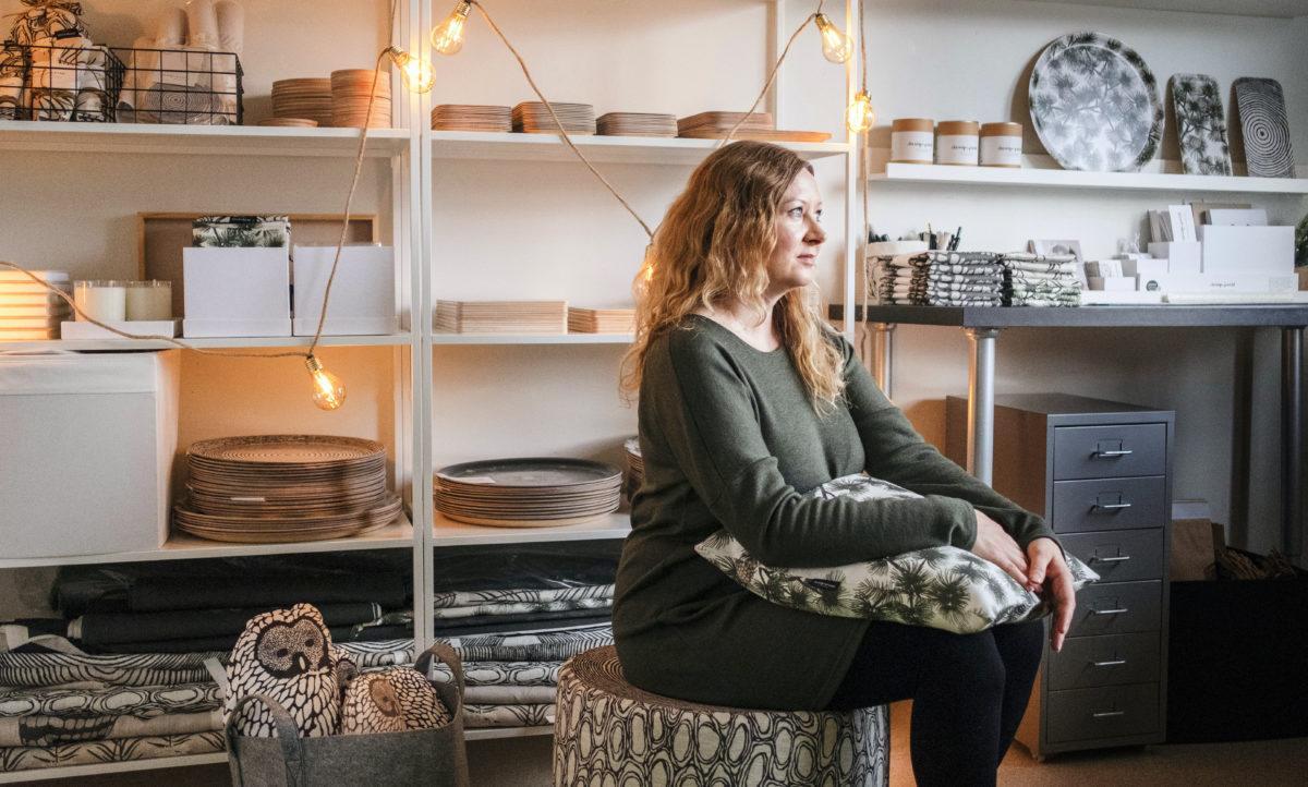 Kirsi Niemelä työhuoneellaan Vantaalla.