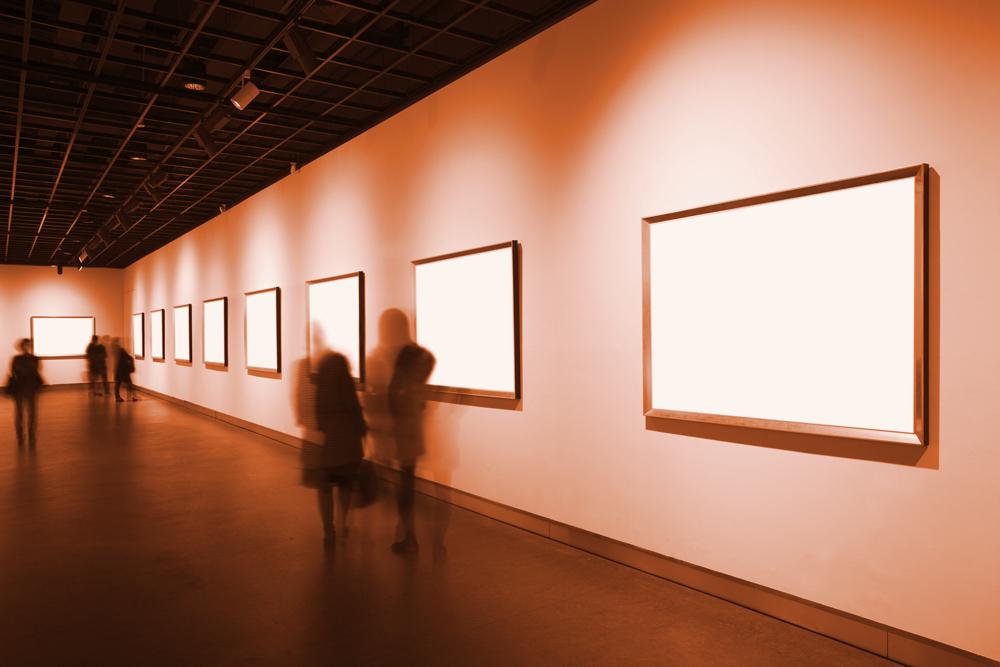 museosali, ihmisiä katsomassa näyttelyä