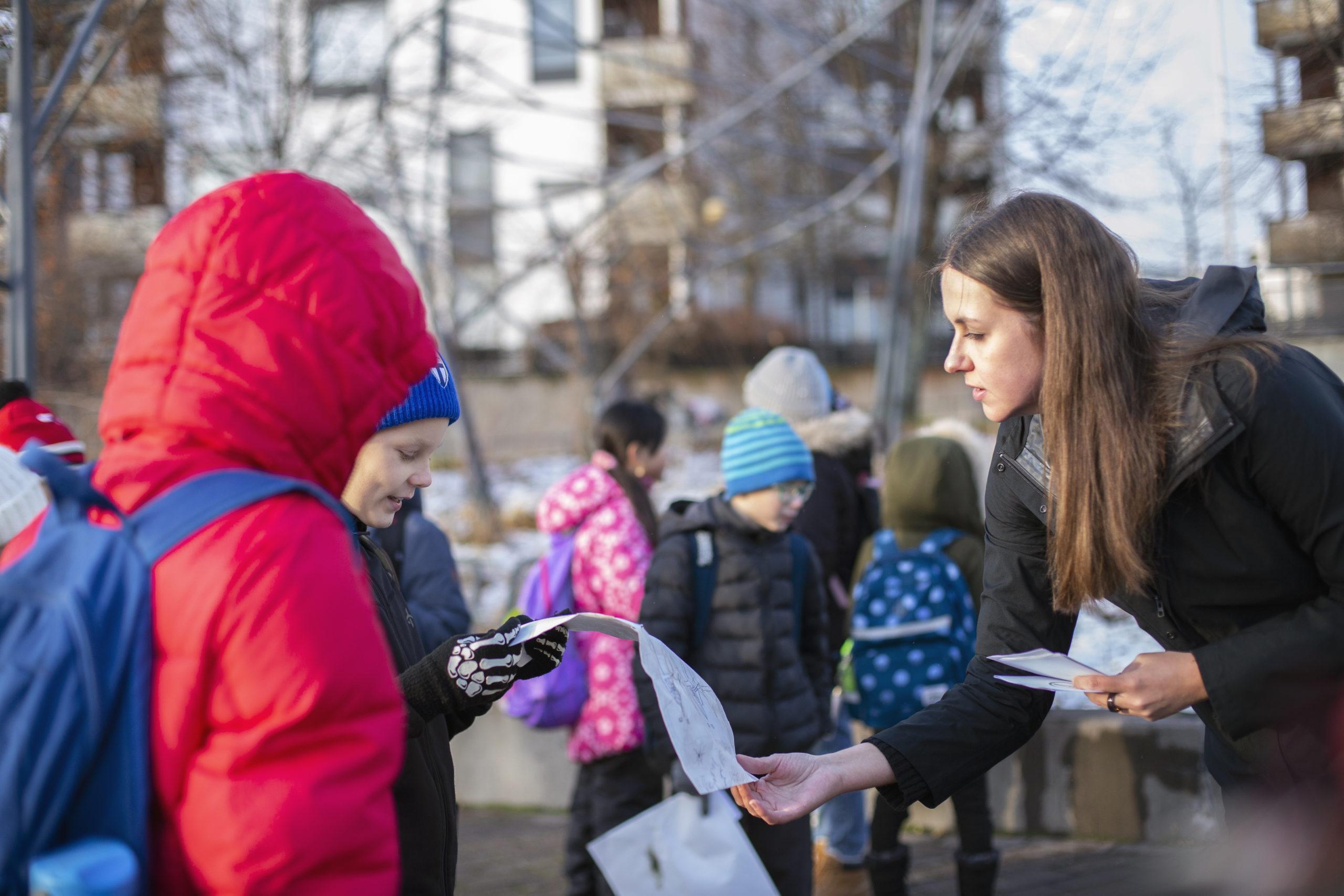 Linda Vanni keskustelemassa oppilaiden kanssa pihalla