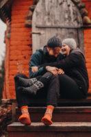 Mies ja nainen istuvat portailla