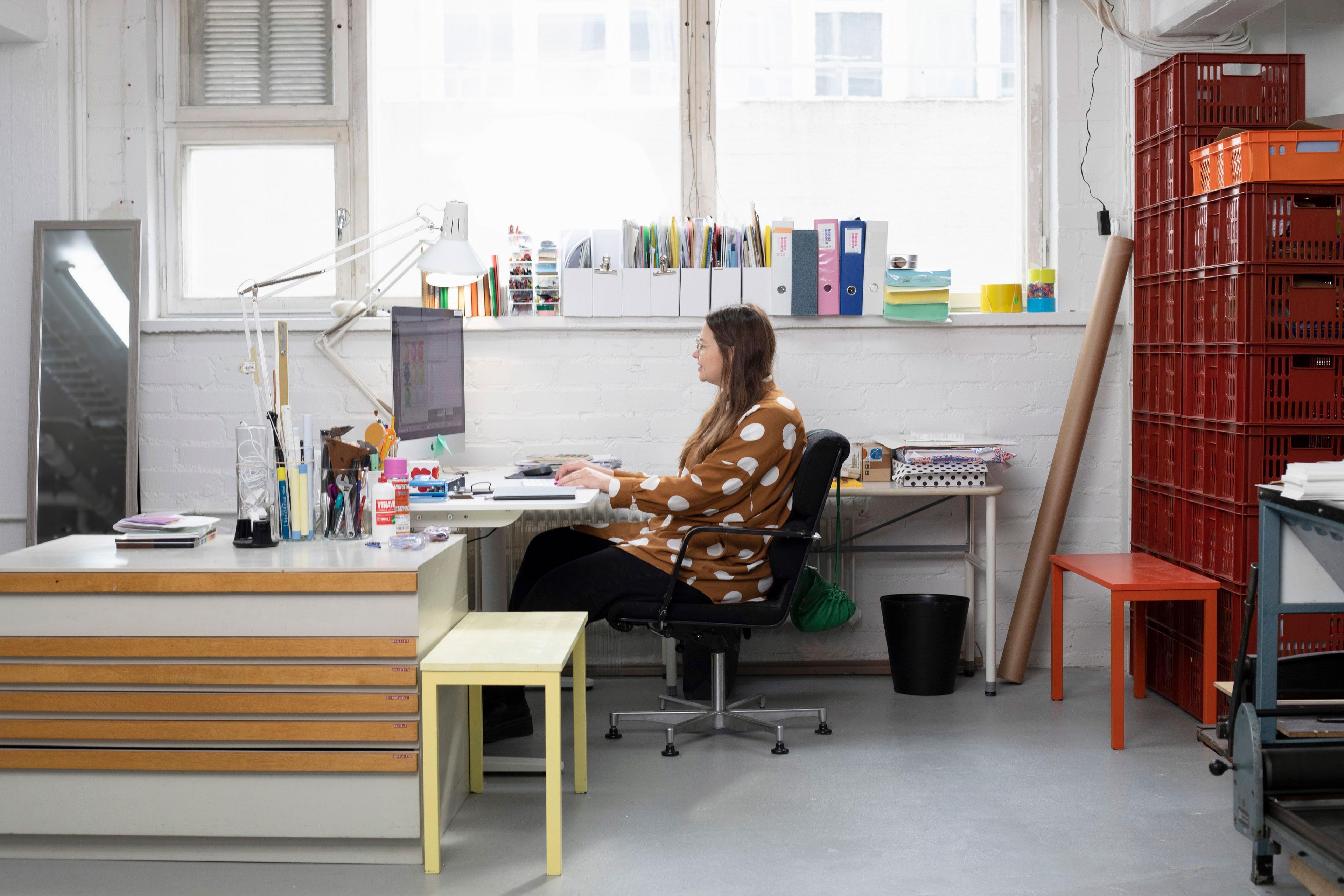 muotoilija Hanna Anonen työskentelee tietokoneella
