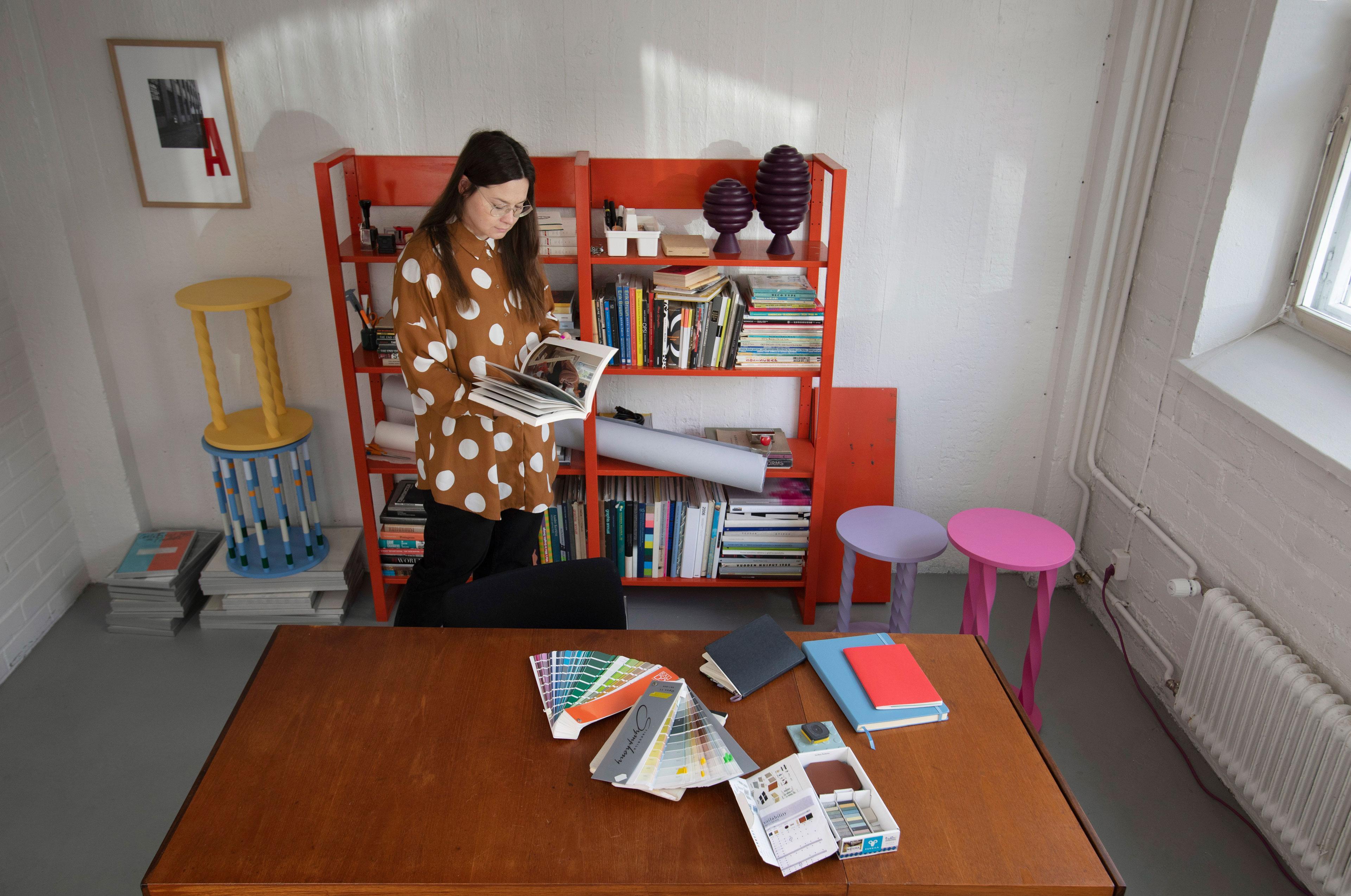 Muotoilija Hanna Anonen työssään