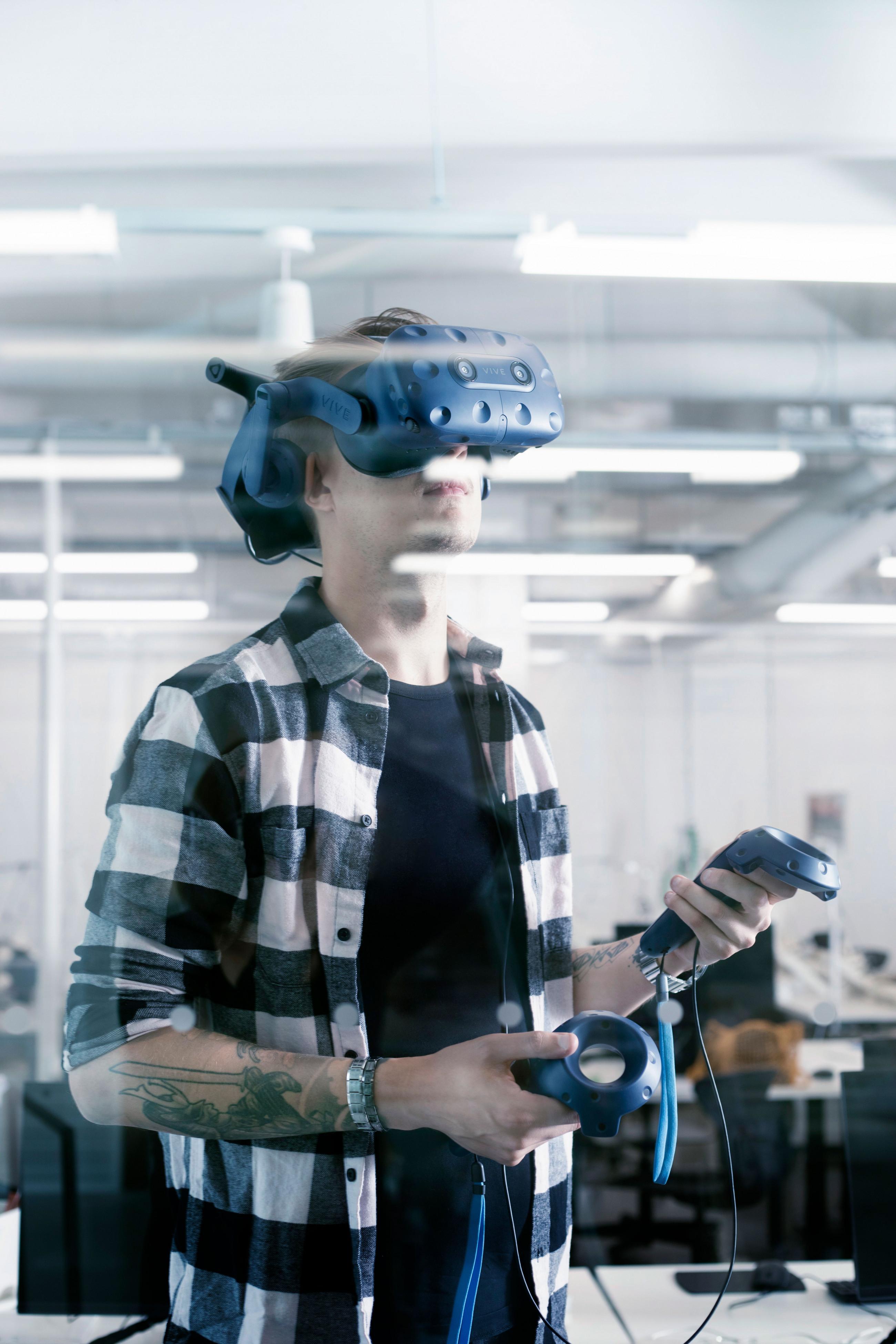 Muotoilija VR-lasit päässä