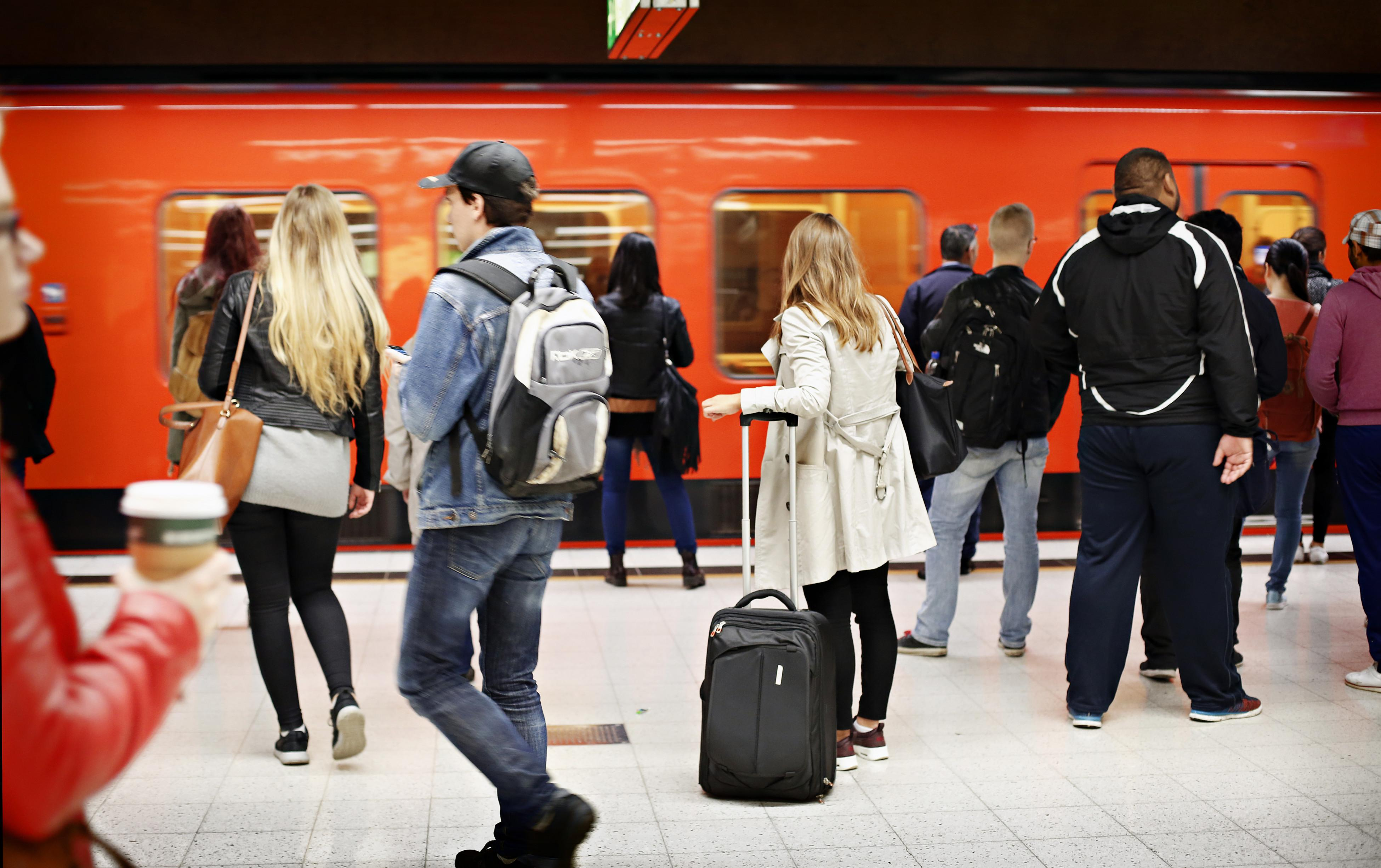 ihmisiä metroasemalla