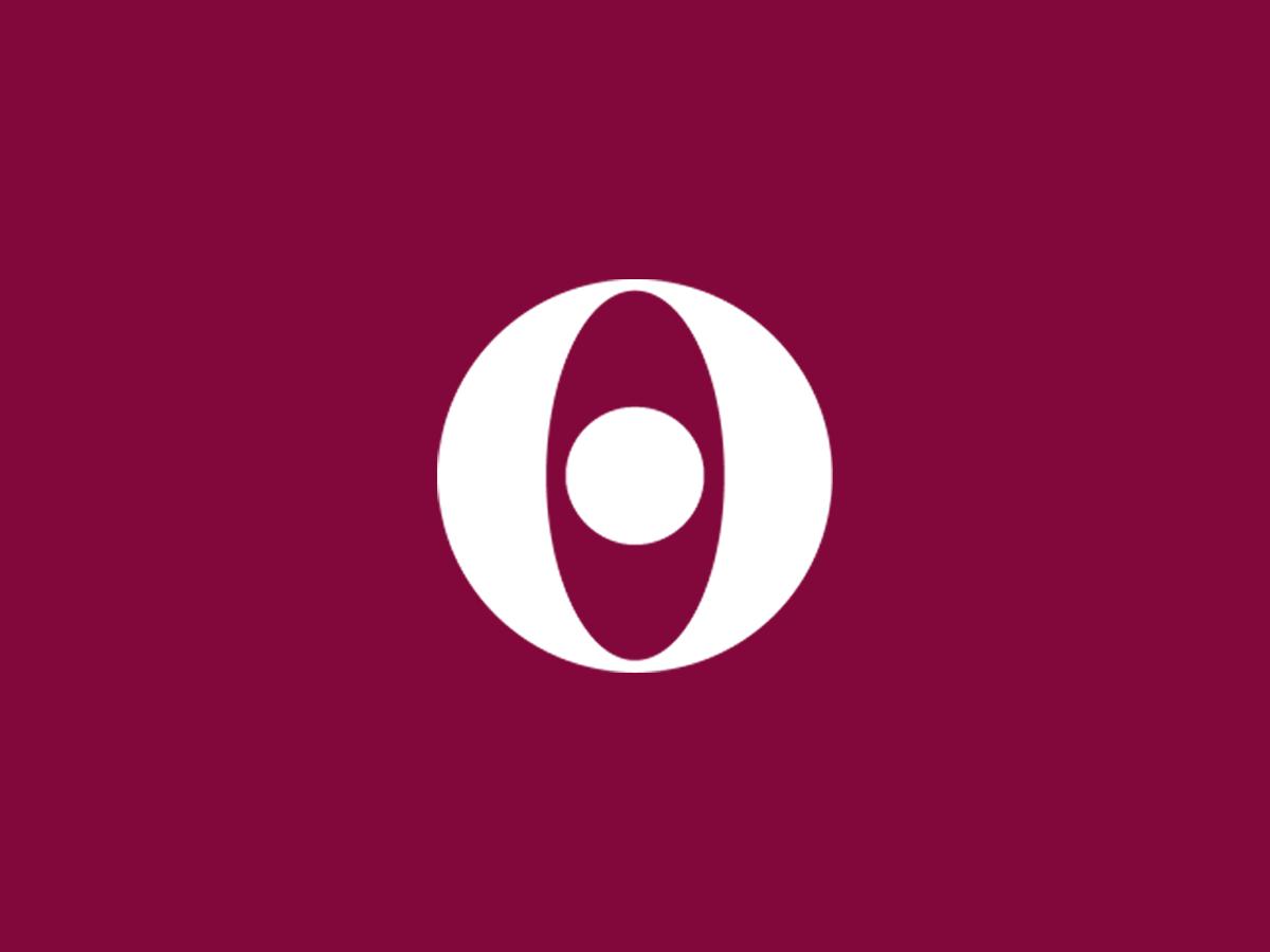 Logo viininpunaisella taustalla